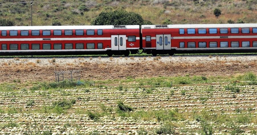 רכבת ואבטיח בשדות הראל בנחל שורק. צילום: איתן סלע